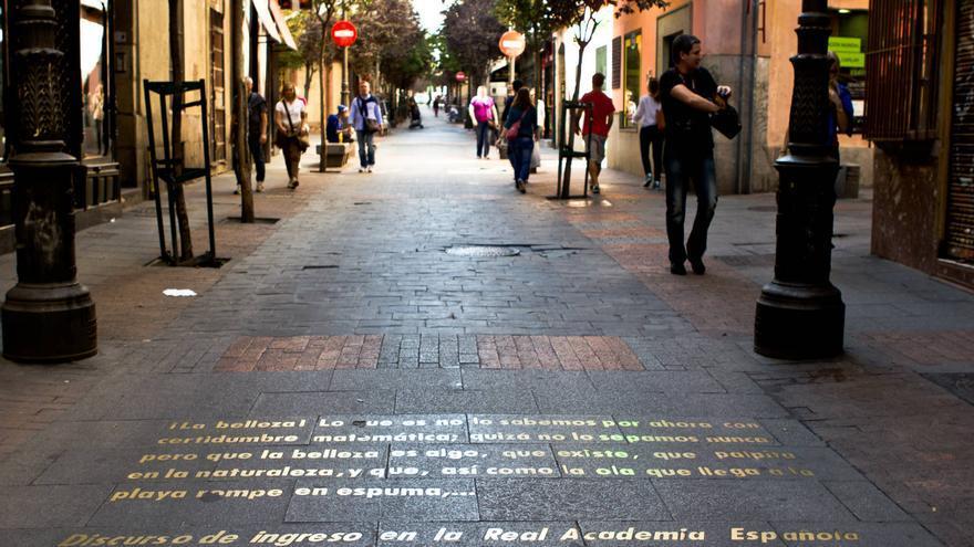 Fragmentos de obras literarias en la calle Huertas, vía central del Barrio de Las Letras de Madrid. VIAJAR AHORA