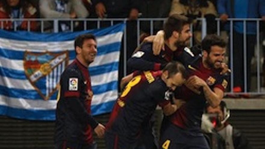 Piqué es abrazado tras lograr el segundo gol.