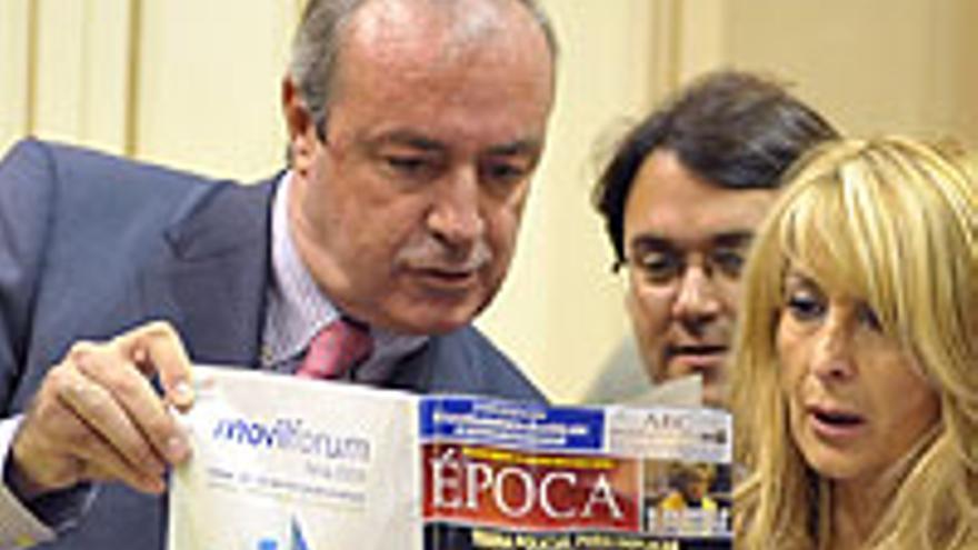 Fernando Figuereo, el día que Rita llevó la revista 'Época' al Parlamento.