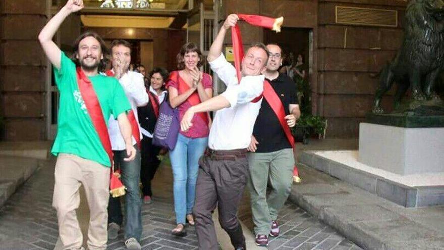 Los concejales de Zaragoza en Común saliendo del Ayuntamiento. Foto: Vera Benavente