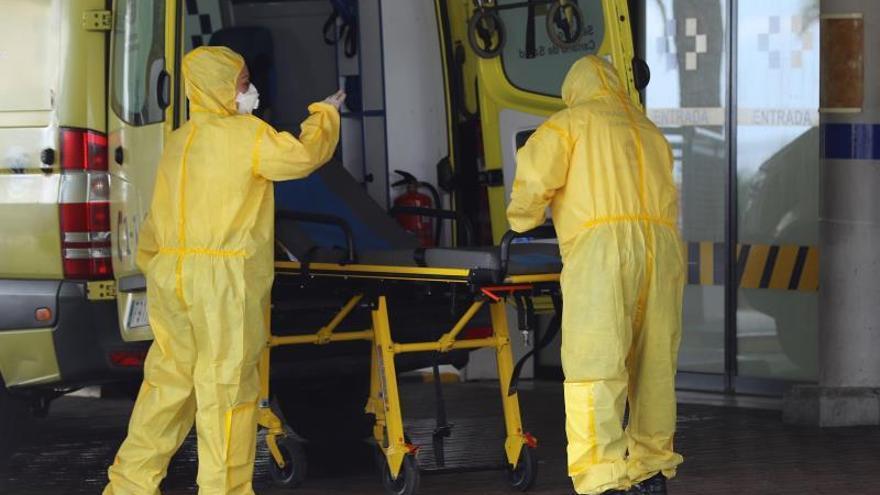 Personal del Servicio Canario de Salud prepara una ambulancia en la puerta de Urgencias del Hospital Universitario Insular de Gran Canaria.