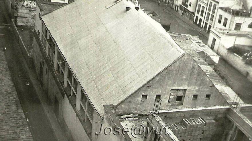 Construcción de un edificio en la calle. Archivo de José Ayut.