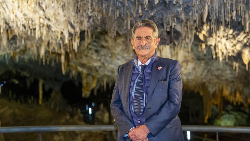 El presidente de Cantabria, Miguel Ángel Revilla, en la cueva de El Soplao.   MIGUEL LÓPEZ