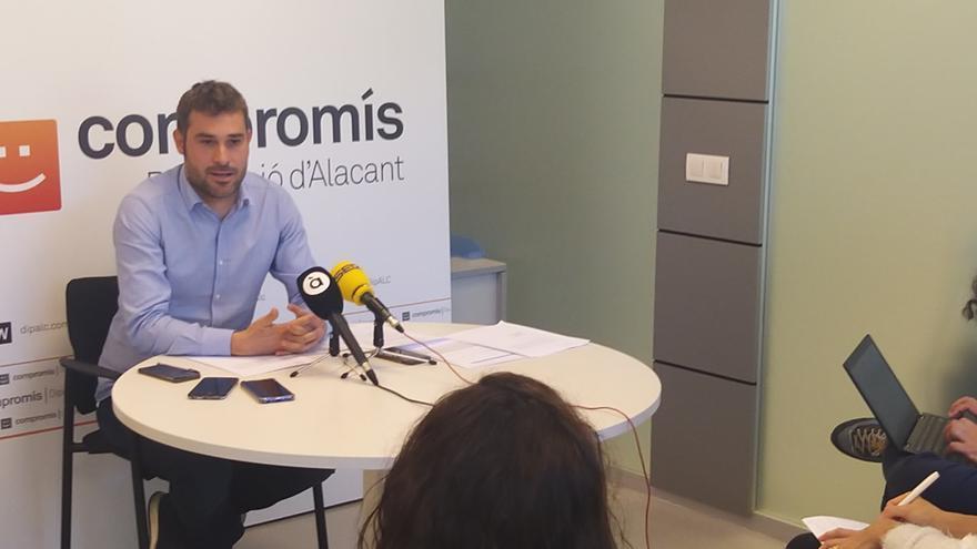 Gerard Fullana, diputado de Compromís en la Diputación de Alicante durante la rueda de prensa.