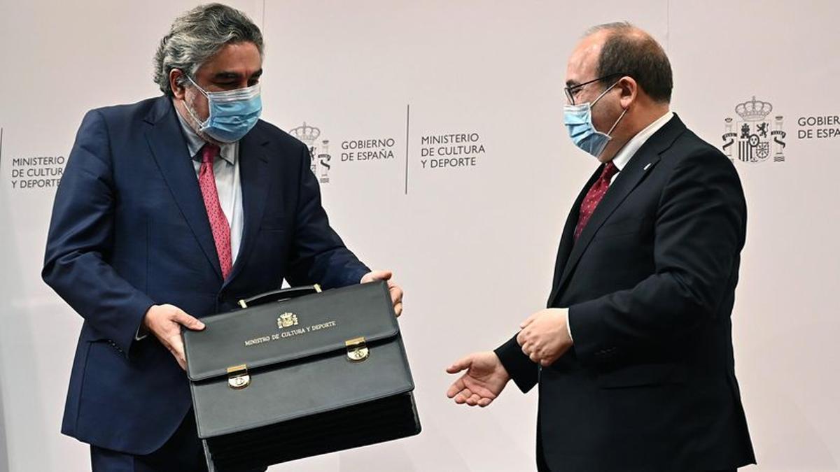 El nuevo ministro de Cultura y Deportes, Miquel Iceta (d), recibe la cartera ministerial de manos de su antecesor, José Manuel Rodríguez Uribes (i).