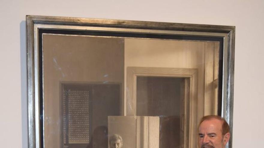 El artista Eduardo Naranjo posa con una de las obras que se exponen en el MEIAC.