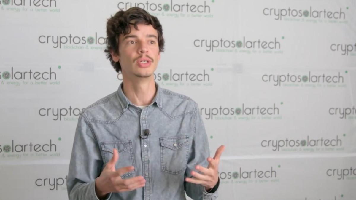 Víctor Ronco, explicando el proyecto de Cryptosolartech en 2018.