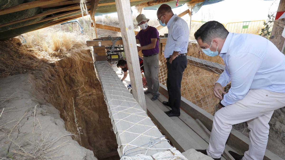Francisco Igea acudió la semana pasada a los trabajos exhumatorios en la Finca los Alfredos, en Medina del Campo (Valladolid).