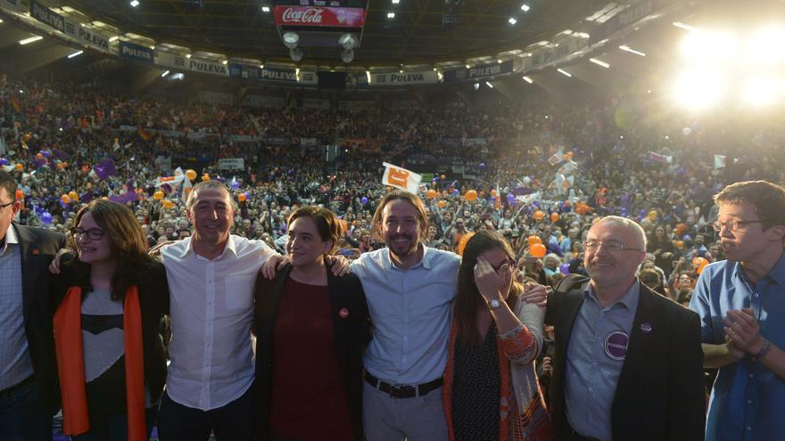Pablo Iglesias, Ada Colau, Joan Baldoví y Mónica Oltra (a la izquierda) y Antonio Montiel e Iñigo Errejón (a la derecha), en el cierre de la campaña.