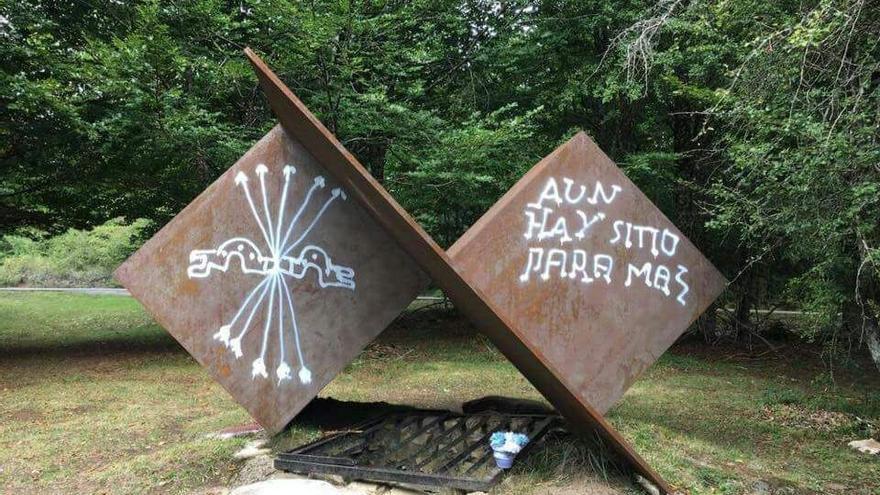 El monumento de Otsoportillo, tras ser atacado