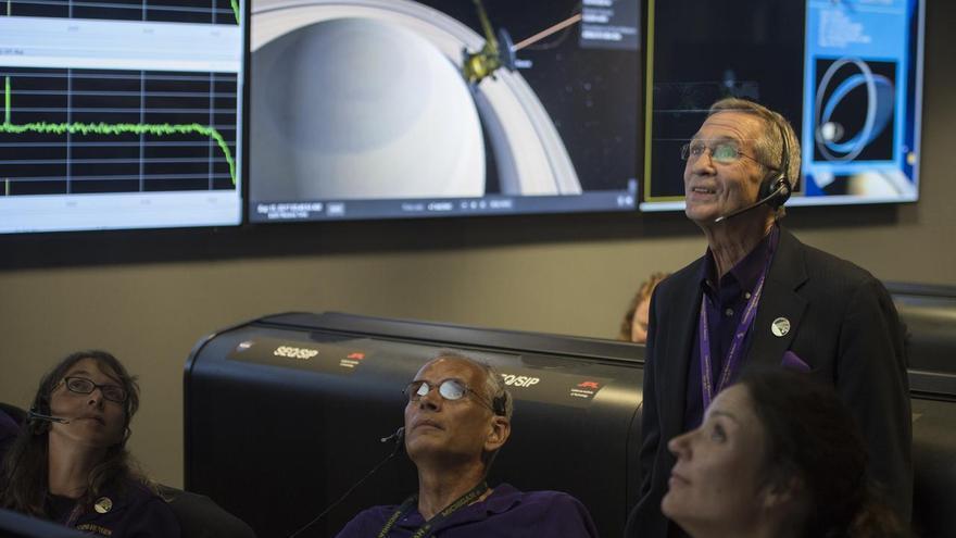 Mar Vaquero (derecha), junto a sus compañeros el día en el que se estrelló la sonda 'Cassini' contra Saturno