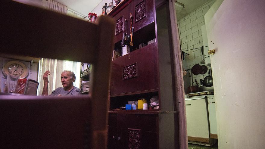 Paco, uno de los dos vecinos de Olmo 35, en su casa. / F. S.