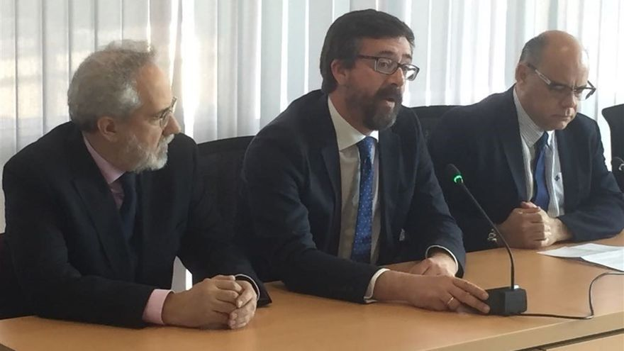 El presidente de la Audiencia Provincial de Las Palmas, Emilio Moya, junto al magistrado juez decano del partido judicial de Las Palmas de Gran Canaria, Óscar González Prieto, y el consejero regional de Justicia, José Miguel Barragán.