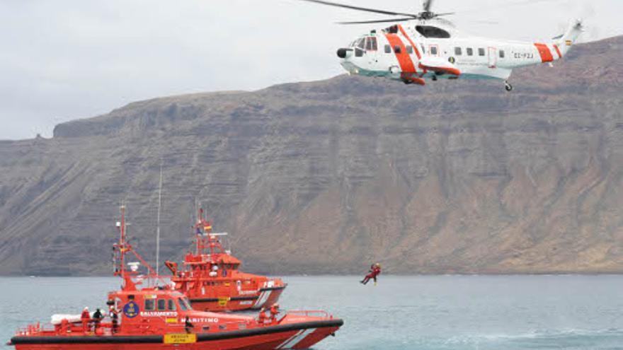 Embarcaciones y un helicóptero de Salvamento Marítimo