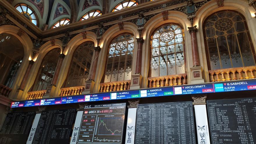 La Bolsa española baja el 1,32 % a mediodía y pierde los 8.800 puntos
