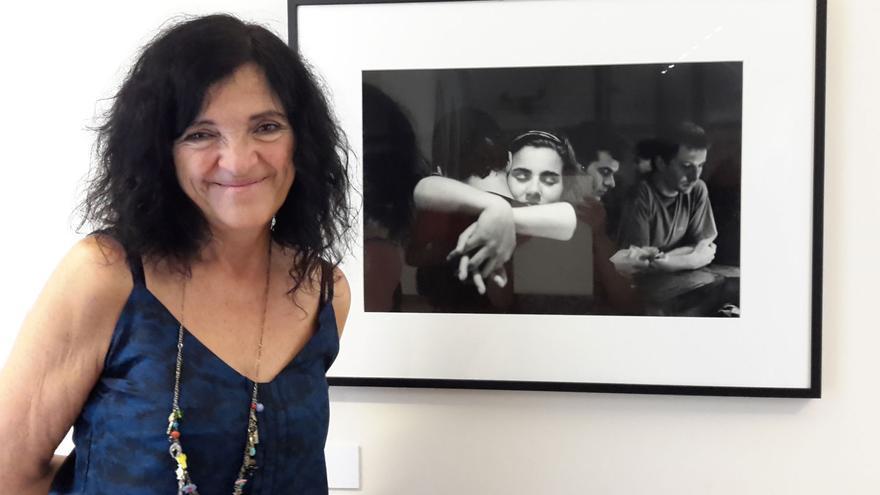 Adriana Lestido, junto a 'La Salsera', su fotografía preferida en la exposición