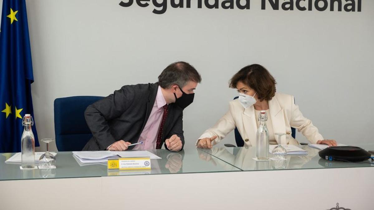 El jefe de gabinete de la Presidencia, Iván Redondo, y la vicepresidenta primera del Gobierno, Carmen Calvo, en una Conferencia Sectorial de Seguridad Nacional