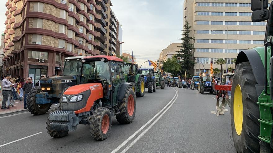 Unas 30.000 personas, con 150 tractores, participan en la manifestación contra la sentencia en Lleida