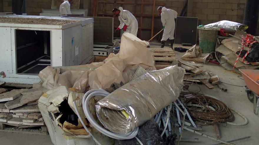 Trabajadores de la empresa Tragsa realizando tareas de limpieza, desinfección y desratización del inmueble inacabado DEL Parque Cultural Islas Canarias, en Los Llanos