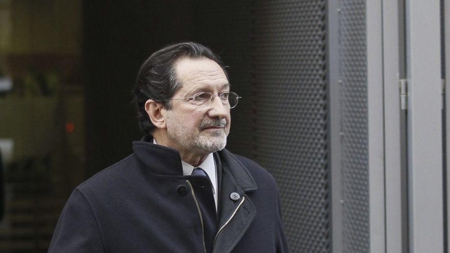 El exconsejero de Bankia José Antonio Moral Santín, a su salida de la Audiencia Nacional donde acudió a declarar el 12 de septiembre de 2012 ante el juez Fernando Andreu, que instruye el caso sobre la mencionada entidad. EFE/Paco Campos