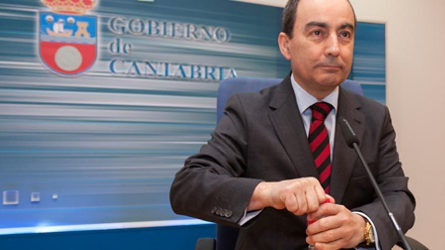 El consejero de Educación, Miguel Ángel Serna, devolvió el concierto educativo al colegio Torrevelo-Peñalabra.