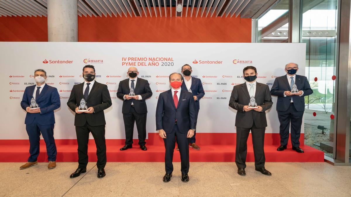El consejero delegado de Santander España, Rami Aboukhair, junto a los ganadores de la edición de 2020.