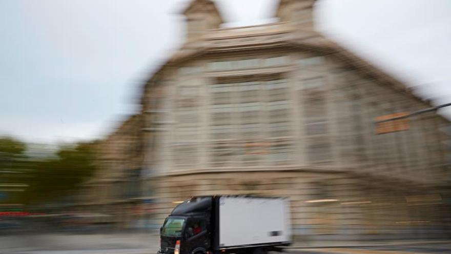 Un transportista conduce por el centro de Barcelona.