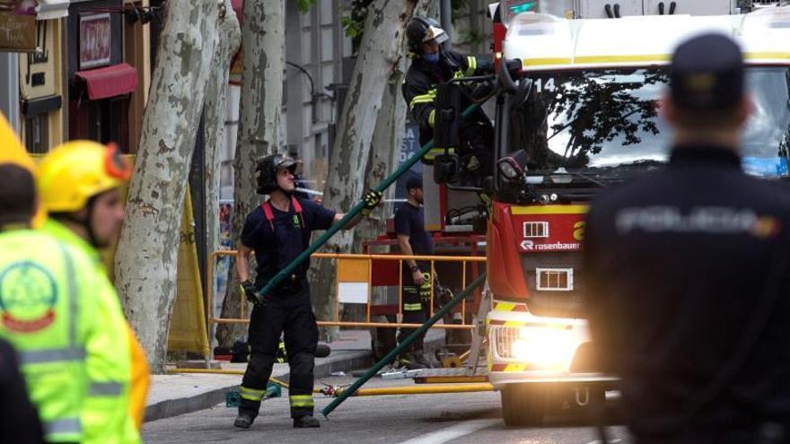 Trabajan en zonas marcadas para buscar dos desaparecidos en el derrumbe en Madrid