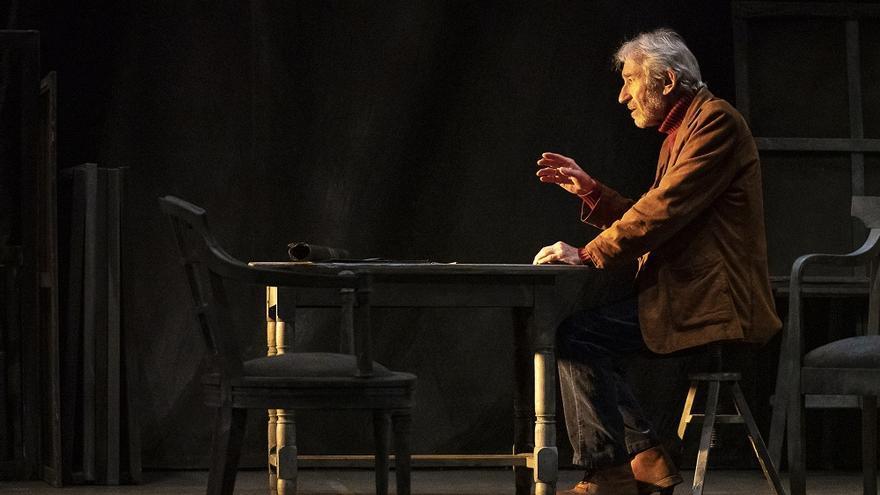 José Sacristán en el escenario durante una representación.