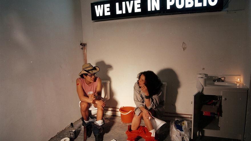 Imagen de la película documental 'We live in public' (2009), basada en el proyecto de Josh Harris