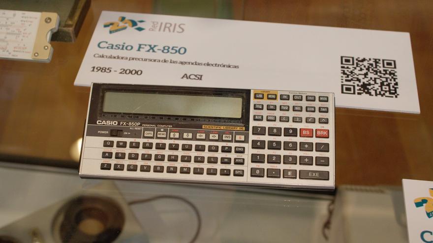 Calculadora Casio FX-850, que permitía programar acciones en BASIC (Imagen: RedIRIS)