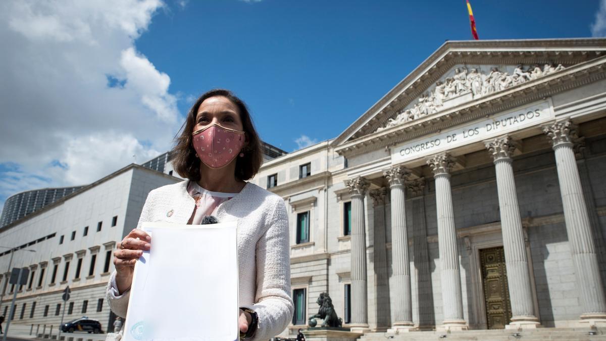 La ministra de Industria y Comercio, Reyes Maroto, muestra la denuncia. EFE/Luca Piergiovanni