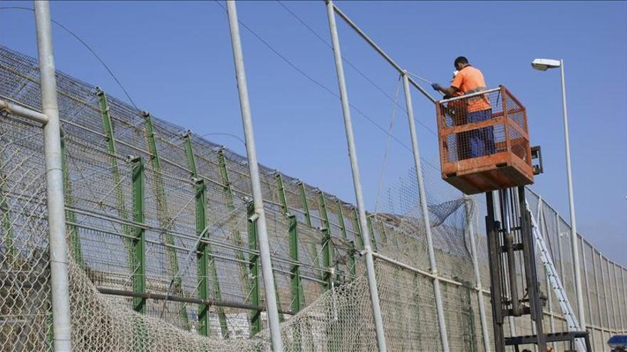 Un centenar de inmigrantes entran en Melilla en un asalto masivo a la valla