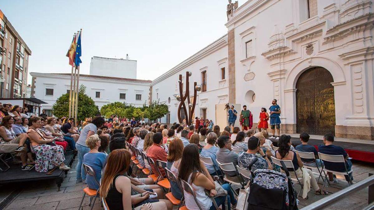 Patio de los Naranjos de la Asamblea de Extremadura durante una representación teatral. Imagen de archivo