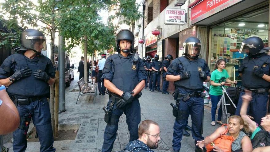 Los mossos ejecutan el desahucio ante la protesta de la PAH
