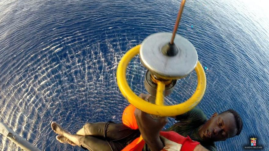 El primer rescatado de los dos ocupantes de la barcaza naufragada que se encontraban agarrados a un barril