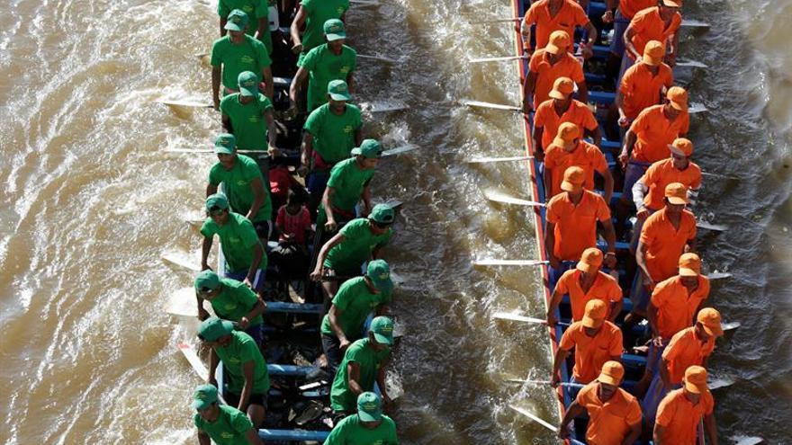 Decenas de miles de personas celebran el Festival del Agua en Camboya