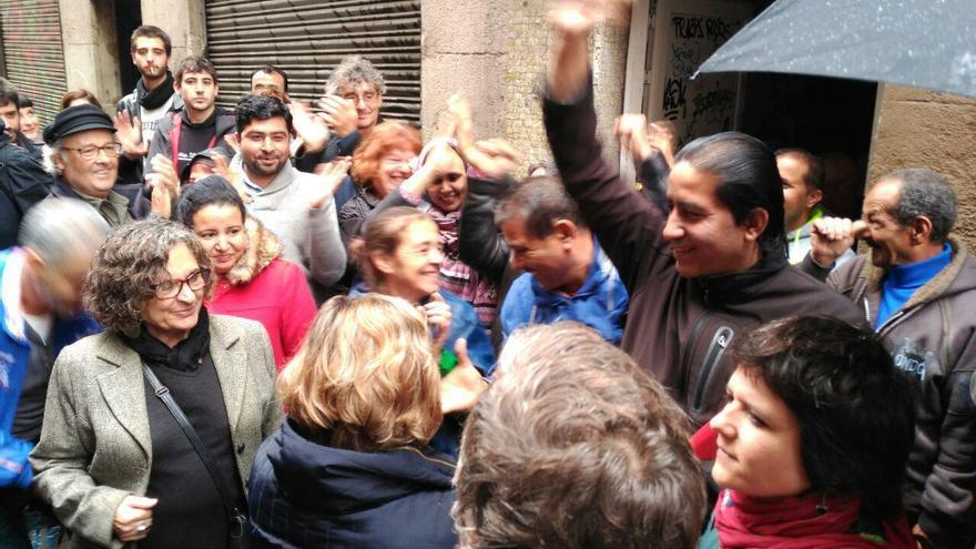 Celebración tras parar los desahucios en la calle Hospital 116 de Barcelona