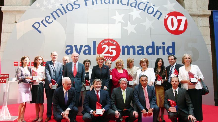 Esperanza Aguirre, en los premios Avalmadrid en 2007. Agachado a su izquierda, el presidente de la patronal madrileña Arturo Fernandez, cuya empresa fue avalada por 2,6 millones en 2013