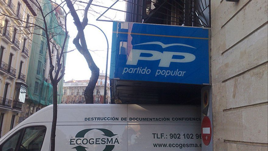 Una furgoneta de una empresa de destrucción de documentos abandona la sede del PP el 17 de febrero de 2009 / Toño Fraguas