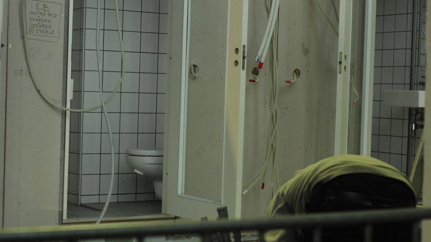 Baños en construcción, aún no están en uso, en los hangares donde viven refugiados desde octubre. Berlín