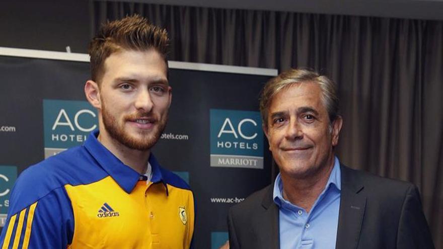 El base israelí Gal Mekel posa junto al director deportivo del club, Berdi Pérez