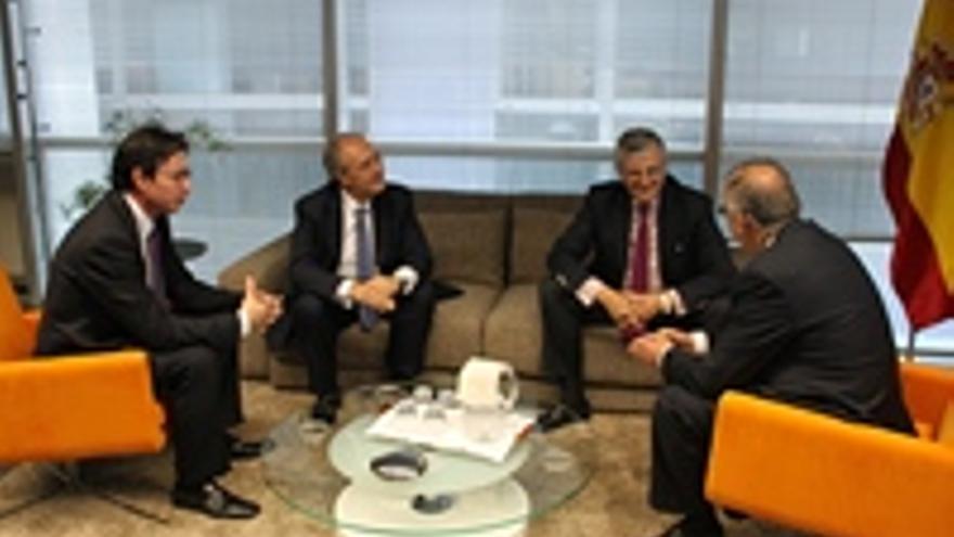 Spínola, a la derecha, en su reunión con el fiscal general del Estado.