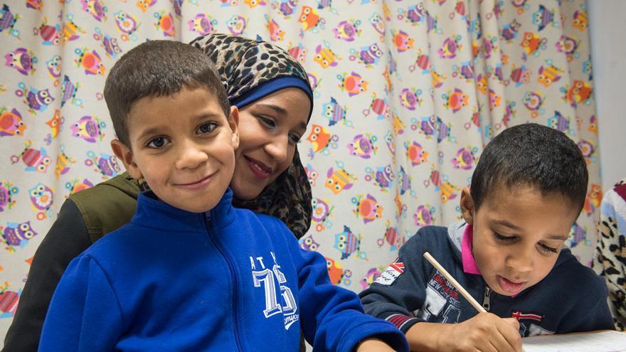 Omaina Chedadi con sus dos hermanos pequeños.