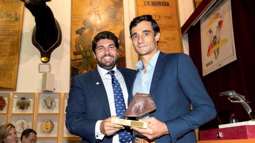 Ureña recibe tres premios por su actuación en la feria taurina de Murcia de 2017