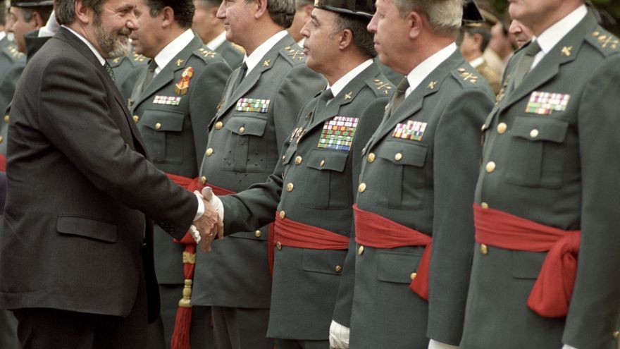 Jaime Mayor Oreja saluda al general Enrique Rodríguez Galindo, durante el acto de toma de posesión del director general de la Guardia Civil, Santiago López Valdevieso en 1996 / EFE/Josege Guillén/rsa