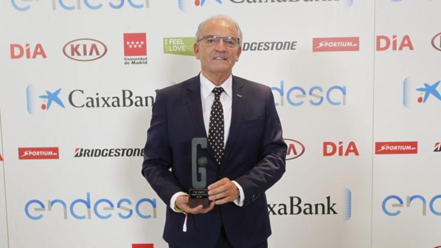 El presidente del Gran Canaria con el premio de Club Gigante de la Liga Endesa