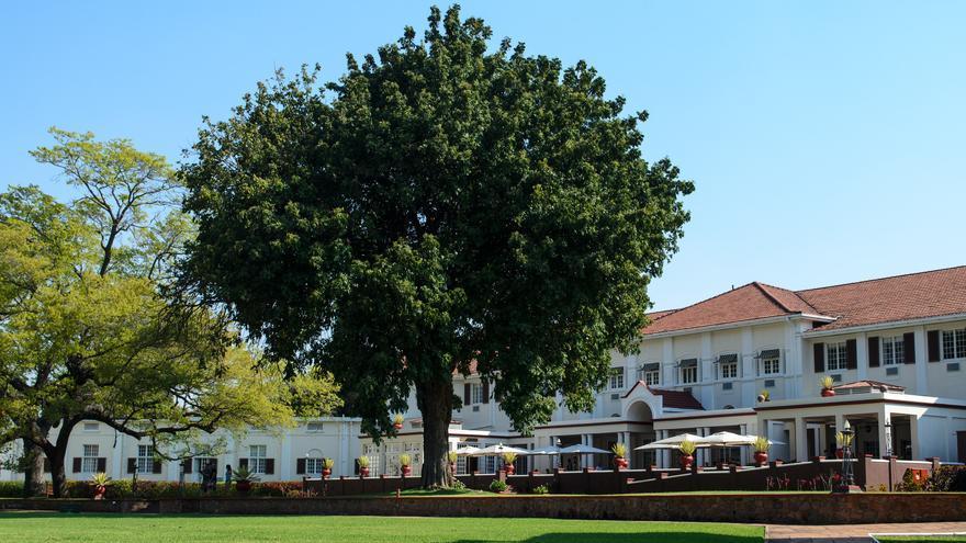 Entrada principal del Victoria Falls Hotel, un establecimiento histórico de época colonial. Benjamin Hollis