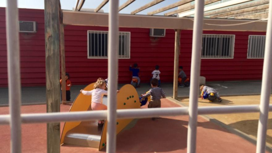 Los niños y niñas jugando en el patio de la guardería provisional -desde hace ohco años- de La Paz / MJA