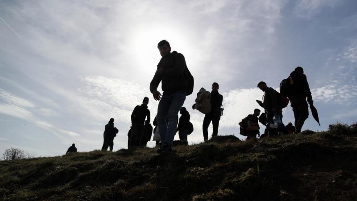 Los refugiados en la frontera turco-griega se preparan para una estancia larga